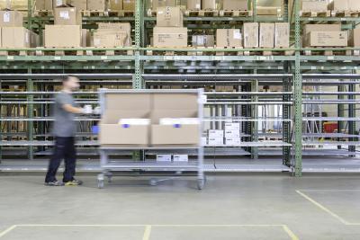 Früher kommissionierte uvex safety logistics per Hubwagen und Palette. Viel einfacher rollt's mit dem leichtläufigen Pick&Pack-Wagen samt 5. Rad für den schnellen Richtungswechsel / Foto: Steffen Spitzner