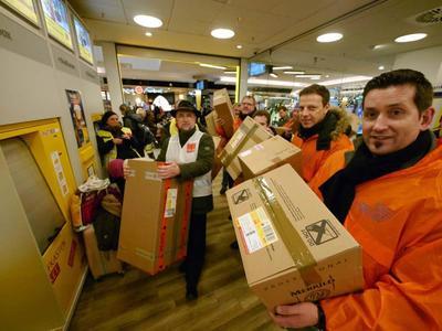 """""""Weihnachtspakete"""" für Verleger gepackt (Foto: Jost Wolf)"""