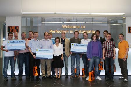 Stolz präsentieren die Gewinner des 2nd European Industrial Ethernet Awards ihre drei Hauptpreise