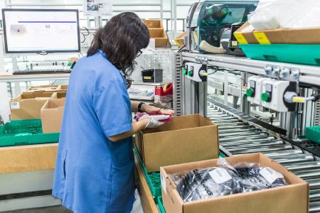 Durch die teilautomatisierte Kommissionierung ist die Pickleistung dreimal so hoch, wie im vorausgegangenen manuellen Prozess. An jeder Station können bis zu acht Aufträge parallel kommissioniert werden. Foto: Firefly Photography