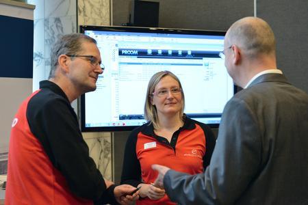 PROCAD Mitarbeiter im Gespräch mit Kunden bei der Präsentation der neuesten Release von PRO.FILE. Mit der Erweiterung PROOM können Entwicklungsdokumente einfach und sicher mit Lieferanten, Kunden und Entwicklungspartnern ausgetauscht werden