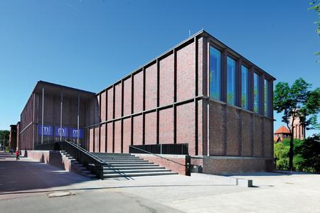 Das Museum Lüneburg gegenüber der Altstadt an der Ilmenau wurde um einen Neubau ergänzt. Jetzt vereint es das Museum für das Fürstentum Lüneburg, das Naturmuseum und die Lüneburger Stadtarchäologie in einem Gebäudekomplex / Foto: Richard Brink GmbH & Co. KG
