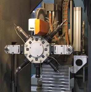 Der Revolverkopf des SBZ 130 ermöglicht schnelle Werkzeugwechsel und kurze Fertigungszyklen. Winkelköpfe und das Sägeblatt sorgen für eine flexible und schnelle Bearbeitung
