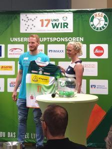 Stefan Kneer (HSG Wetzlar) übergibt das HSG Wetzlar Trikot zum Klingspor Spiel an Christin Rabitz (PR Managerin Klingspor AG)