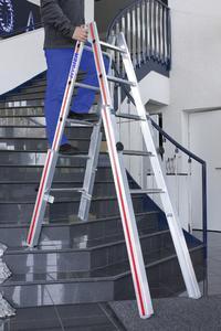 Sicherer Stand auch bei Arbeiten im Treppenhaus: Die stabile Treppenstehleiter 4123 von Hymer-Leichtmetallbau lässt sich stufenlos verstellen