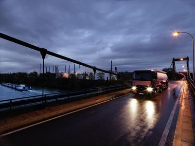 Der Renault Trucks T in der Modellversion 2016 bietet Verbesserungen im Bereich des Fahrgestells und des Antriebsstrangs, durch die der Verbrauch um bis zu 2 Prozent gesenkt und die Nutzlast um bis zu 114 kg gesteigert werden kann (Foto: © Renault Trucks)