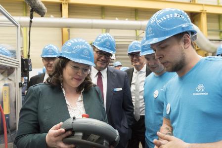 """Hoher Besuch bei thyssenkrupp in Andernach: Das Treffen der G20 Arbeitsminister mit Andrea Nahles stand unter dem Motto """"Für eine faire und soziale Zukunft"""". Die Bundesarbeitsministerin hatte zu thyssenkrupp eingeladen, um ihren internationalen Kollegen das Konzept der """"Dualen Ausbildung"""" vorzustellen"""