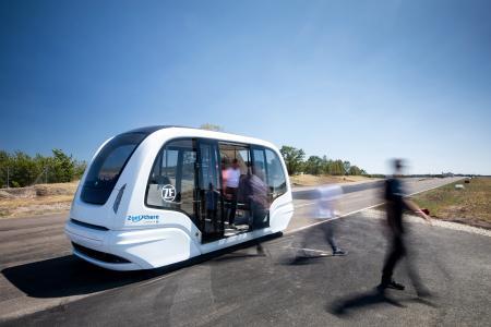 ZF ist ein weltweit aktiver Technologiekonzern und liefert Systeme für die Mobilität von Pkw, Nutzfahrzeugen und Industrietechnik. Mit einem umfassenden Technologieportfolio bietet ZF ganzheitliche Lösungen für etablierte Automobilhersteller sowie Mobilitätsanbieter und neu entstehende Unternehmen im Bereich Transport und Mobilität. Ein Schwerpunkt der Weiterentwicklung der ZF-Systeme ist die digitale Vernetzung und Automatisierung. ZF lässt Fahrzeuge sehen, denken und handeln. Bild: ZF
