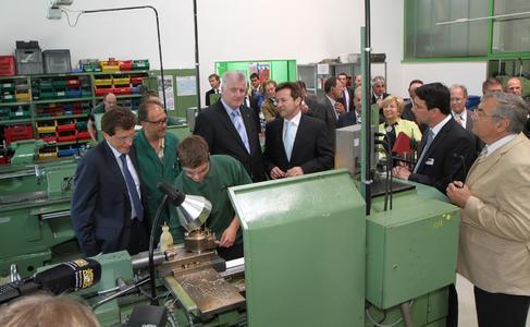 In der Lehrwerkstatt überzeugte sich Ministerpräsident Horst Seehofer von der Nachwuchsförderung bei der Grünbeck Wasseraufbereitung