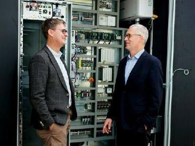 Die QINOUS Geschäftsführer Steffen Heinrich (links) und Reinhard Edelmann (rechts) befürworten die Nutzung von 3M Novec 1230 Feuerlöschmittel in den Energiespeichersystemen des Unternehmens / Foto: QINOUS
