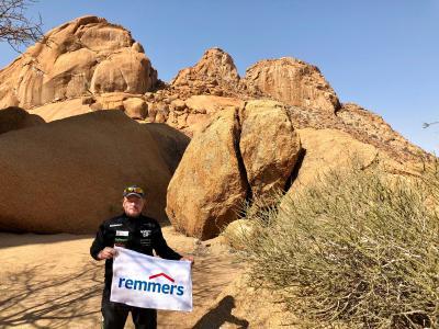 Joey Kelly auf der Spitzkoppe bei Swakopmund (Namibia) – stets dabei auch die Fahne von Remmers / Bildquelle: Remmers, Löningen