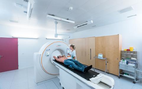 Flux de travail rationalisés : les systèmes laser DORADOnova de LAP pour le positionnement et le marquage des patients. Dans cette installation, les lasers sont fixés au plafond.
