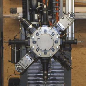 Revolverkopf am SBZ 130: Mit den Winkelköpfen (auf Werkzeugplatz 2 und 6) ist auch die mehrseitige Bearbeitung in einer Aufspannung möglich. Optional gibt es Winkelköpfe mit zwei gegenüberliegenden Werkzeugen