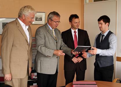 Harald Kühn, TU-Präsident Prof. Dr. Helmut Schmidt, Prof. Dr. Thomas Lachmann, Dekan des Fachbereichs Sozialwissenschaften, und Dominik Kneip (v.l.n.r.)