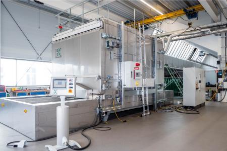 Für die Umformung von flächigen und vorgeformten Komposite-Halbzeugen zu Hochleistungs-Bauteilen erwärmen Umluftöfen thermoplastische Verbundwerkstoffe homogen, schonend und energiesparend.