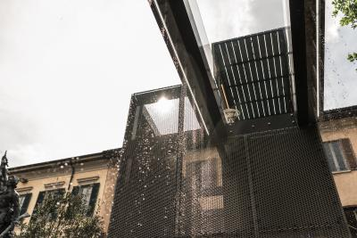 Unterhalb der Brücke war ein Brunnen installiert. Von dort fiel das Wasser in die Tiefe und erweckte den Anschein eines perlenden Vorhangs aus Regen. Foto: Gerd Eder
