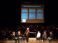 Formenlehre lässt sich hören: Schüler, Dirigent und Orchester in Aktion