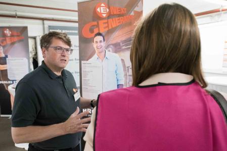 Volker Zimmermann, Director Human Recources des Logistikspezialisten ELSEN, informiert über die vielfältigen Ausbildungsmöglichkeiten in der Unternehmensgruppe (Foto: ELSEN)
