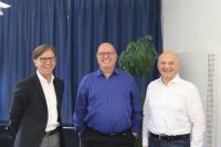 Firmengründer Volker Wawer umringt vom neuen Geschäftsführerduo, bestehend aus Gerhard Knoch (l) und Johann Dornbach (r) / Bild: Ulrich Sendler