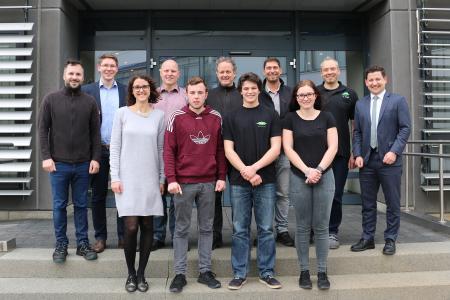 Bild (vorne, von links): Maren Weippert, Colin Klett, Calvin Krießler und Alina Braun mit ihren Ausbildern sowie Kai Schuppler (rechts), Werksleiter BITZER Rottenburg (Foto: BITZER)