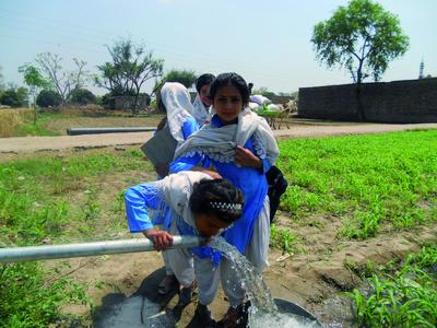 Phaesun-Projekt in Pakistan: Mädchen an der Solaren Wasserpum...
