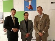 v.l.n.r. Uwe Neumeier, Geschäftsführer Actebis Peacock; Thorsten Oevel, Großkundenbetreuer Microsoft; Klaus Hellmich, Vorsitzender der Geschäftsführung Actebis-Gruppe