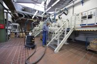 Reinigungsarbeiten an der Compoundieranlage. Hier werden die neuen Material-präparationen erzeugt.