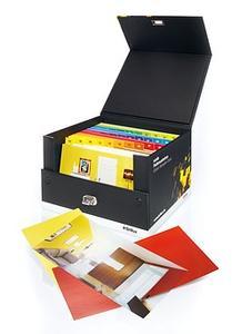 Griffig: Die Scala Farbmusterbox fasst rund 400 Farbmuster im Format DIN lang – inklusive Extras wie Musterfolien, die typische Fassaden und Innenräume abbilden.