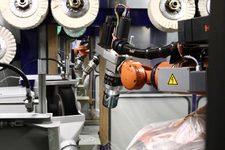 Roboteranlage mit 33 vernetzten Robotern zum Polieren von Kochtöpfen