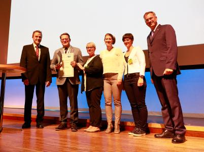 """Während der DVS-Jahresversammlung in Friedrichshafen wurde der ZDH-DVS-Innovationspreis """"Fügen im Handwerk"""" an die Firma PSL Technik GmbH verliehen. (v.l.n.r.:) DVS-Präsident Professor Dr.-Ing. Heinrich Flegel, Peter Szymansky (Geschäftsführer der PSL Technik GmbH), Elke Szymansky, Kristin Szymansky, Katja Szymansky und Dirk Palige (Geschäftsführer des ZDH), Quelle: DVS/martinmaier.com"""
