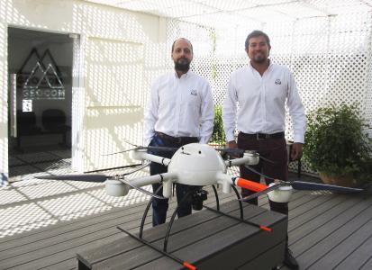 Cristian Michell, UAS/UAV-Sortimentsmanager von GEOCOM, und Oscar Moreno, UAS/UAV Technical Support Engineer von GEOCOM. Cristian und Oscar sind Vermessungsingenieure und arbeiten seit 2013 mit UAVs. Beide sind zudem DGAC-zertifizierte Piloten