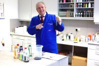 Hans-Jürgen Schmidt, Vertriebsleiter National, im Labor der bluechemGROUP
