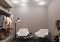 Ein Hauch gedämpftes Rosé (3D Cameo 10) prägt die Wände in der Mode-Boutique. Helle Sessel setzen sich kontrastreich ab / Foto: Caparol Farben Lacke Bautenschutz/blitzwerk.de