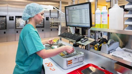 Mitarbeiterin in der Zentralen Sterilgutversorgungsabteilung (ZSVA) bei der Nutzung des Tray Organizing Managers (TOM) / Bildnachweis: B. Braun Melsungen AG