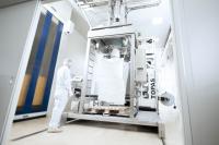 Big Bag Abfüllung im Reinraum bei der Greiwing logistics for you GmbH, die jetzt auch an ihrem Standort in Duisburg nach dem internationalen Standard IFS Food 6.1 zertifiziert wurde (Foto: Greiwing)