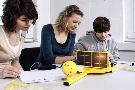 Mit dem PV-Trainingssystem Solartrainer junior wird während der Woche der Sonne 2012 in vielen Schulen experimentiert
