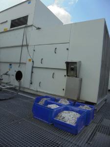 Kühlturm und Kisten mit bei der Reinigung ausgetragenem Kalkstein (Bildquellen: Kipp Umwelttechnik GmbH | mycon GmbH)