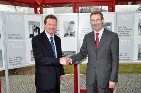 Geschäftsführer Karlheinz Reitze (rechts) wünscht Olaf Boller Erfolg bei seinen neuen Aufgaben: Der 42-jährige Industriekaufmann leitet ab sofort das STIEBEL-ELTRON-Vertriebszentrum Mitte in Frankfurt