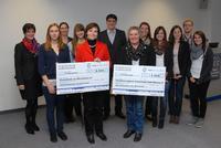 Die Spendenempfänger freuen sich über die 5.000 Euro-Schecks, die von den Auszubildenden sowie der Geschäftsleitung von Vogel Business Media überreicht wurden