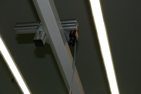 Die über den Palettenstationen an der Zellendecke angebrachten 2D- oder 3D-Kamerasysteme werden durch die Software, in der für jeden Werkstücktyp ein teilespezifisches Programm hinterlegt wird, gesteuert.