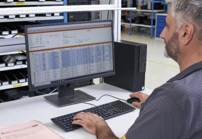Am ABAS-Terminal können alle Aufträge, Lagerbewegungen und -bestände im Hänel Rotomat® Lagerlift firmenweit über das zentrale ERPSystem verwaltet werden.