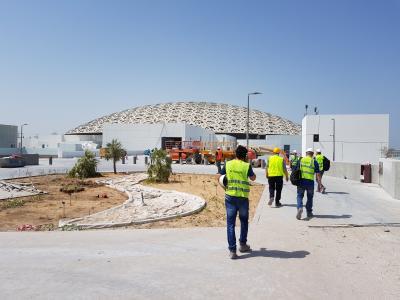 Außenansicht des Louvre Abu Dhabi während der Bauarbeiten. Bis zu 50 °C waren an der Tagesordnung. (Foto: Lahnau Akustik)