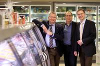 Eiskalt gespart: Jens Segebrecht (l.) präsentiert Udo Sahling (m.) und Harald Halfpaap (r.) die effizienten Kühlregale in seinem modernisierten Schlemmermarkt