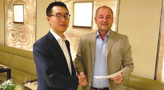 Concardis CEO Marcus W. Mosen und UnionPay Market Director Wei Zhihong starten die Zusammenarbeit