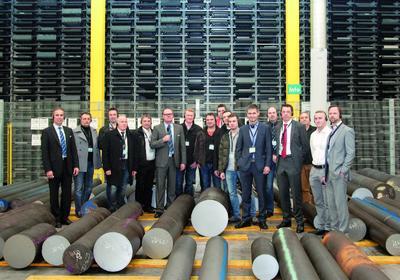 Gruppenbild beim Betriebsrundgang vor dem neuen Hochregallager von Meusburger (Foto: Meusburger)