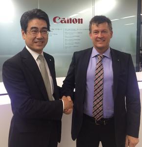 Jim Carlsson, CEO von Clavister (r.), und Shinya Kondo, Executive Officer bei Canon IT Solutions, nach der Vertragsunterzeichnung