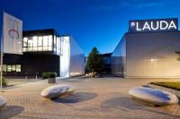 LAUDA hat mit nach der Akquisition von GFL jetzt rund 500 Mitarbeitern weltweit seinen Hauptsitz in Lauda-Königshofen. Mit der Übernahme von GFL in Burgwedel kommt ein zweiter Entwicklungs- und Produktionsstandort in Deutschland hinzu