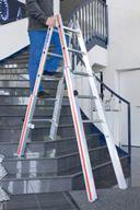 Sicherer Stand auch bei Arbeiten im Treppenhaus: Die stabile Treppenstehleiter 4123MH von Hymer- Leichtmetallbau lässt sich stufenlos verstellen / In der Aktion Malerherbst gibt es eine hochwertige Werkzeugtasche als Gratisbeigabe