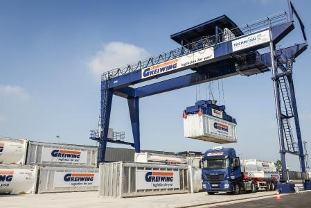 Den Standort am Duisburger Hafen hat GREIWING im vergangenen Jahr mit einem Portalkran fürs Containerhandling ausgestattet / Foto: GREIWING