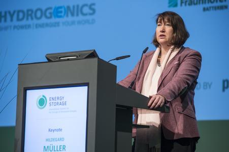 """Hildegard Müller, Vorsitzende der Hauptgeschäftsführung des Bundesverbands der Energie- und Wasserwirtschaft BDEW, hielt die Keynote-Rede zur Eröffnung der Konferenzmesse """"Energy Storage – International Summit - International Summit for the Storage of Renewable Energies"""""""